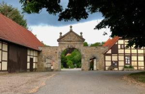 Das Hoftor bildet seit 1722 den Zugang zum insgesamt unter Denkmalschutz stehenden Hofkomplex.